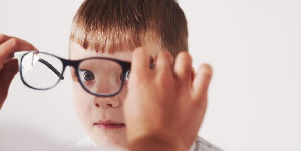 Image d'un enfant à qui l'on met des lunettes de vue